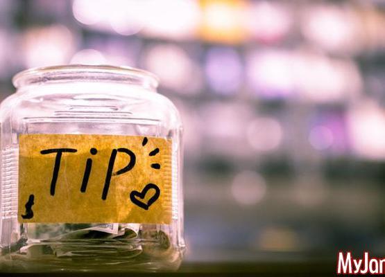 Чаевые: нужно ли давать и как это делать?